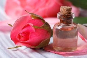rose-water-in-small-glass-bottle-next-to-rose-flower